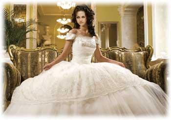 Зародился он в начале 19 столетия, в эпоху правления Наполеона Бонапарта. В свадебной моде, платья этого стиля заняли прочные позиции в начале 20 века
